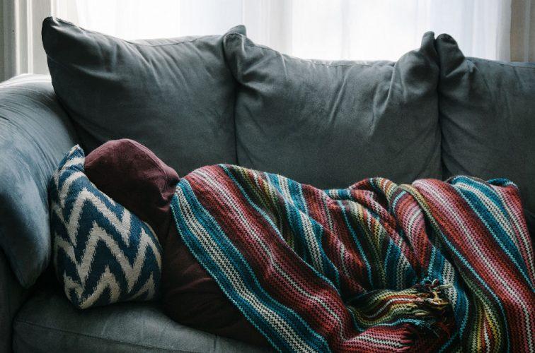 Person auf einem Sofa