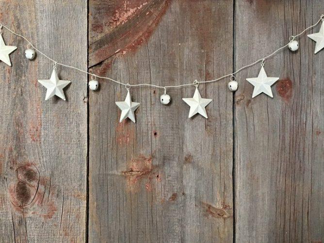 Silberne Sterne vor alten Holzdielen